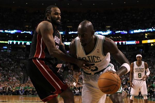 Kevin Garnett e os Celtics dominaram o garrafão no jogo 3 contra o Heat