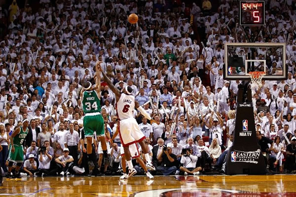 Paul Pierce calou a torcida do Heat com este arremesso no final do jogo 5