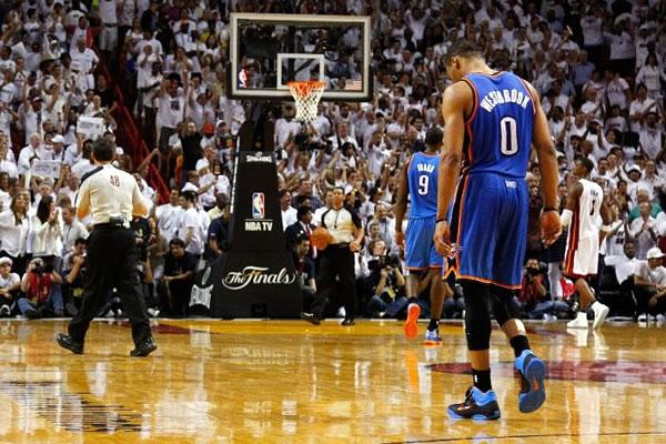 Com mais um erro crucial de Russell Westbrook, o Thunder perdeu o 3º jogo seguido das finais da NBA
