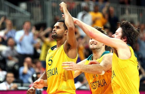 Patrick Mills vibra após a cesta do triunfo da Austrália contra a Rússia. (Crédito: Getty Images)